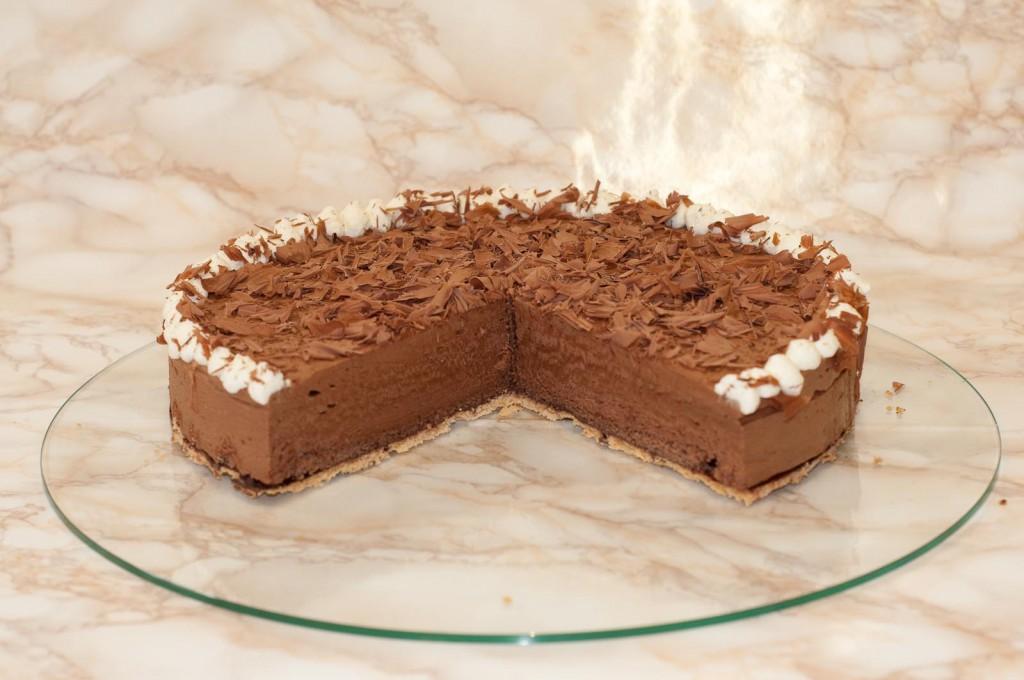 Mandel-Schokoladenbiskuit mit einer herben Schokoladen-Sahnekrem
