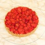 Frische Erdbeeren der Saison auf einem Mandelbiscuit mit Butter-Mürbeteigboden.