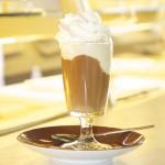 Eine Kugel Vanille Eis, Eine Tasse Cold-Brew-Kaffee und eine leckere Sahnehaube, der Klassiker